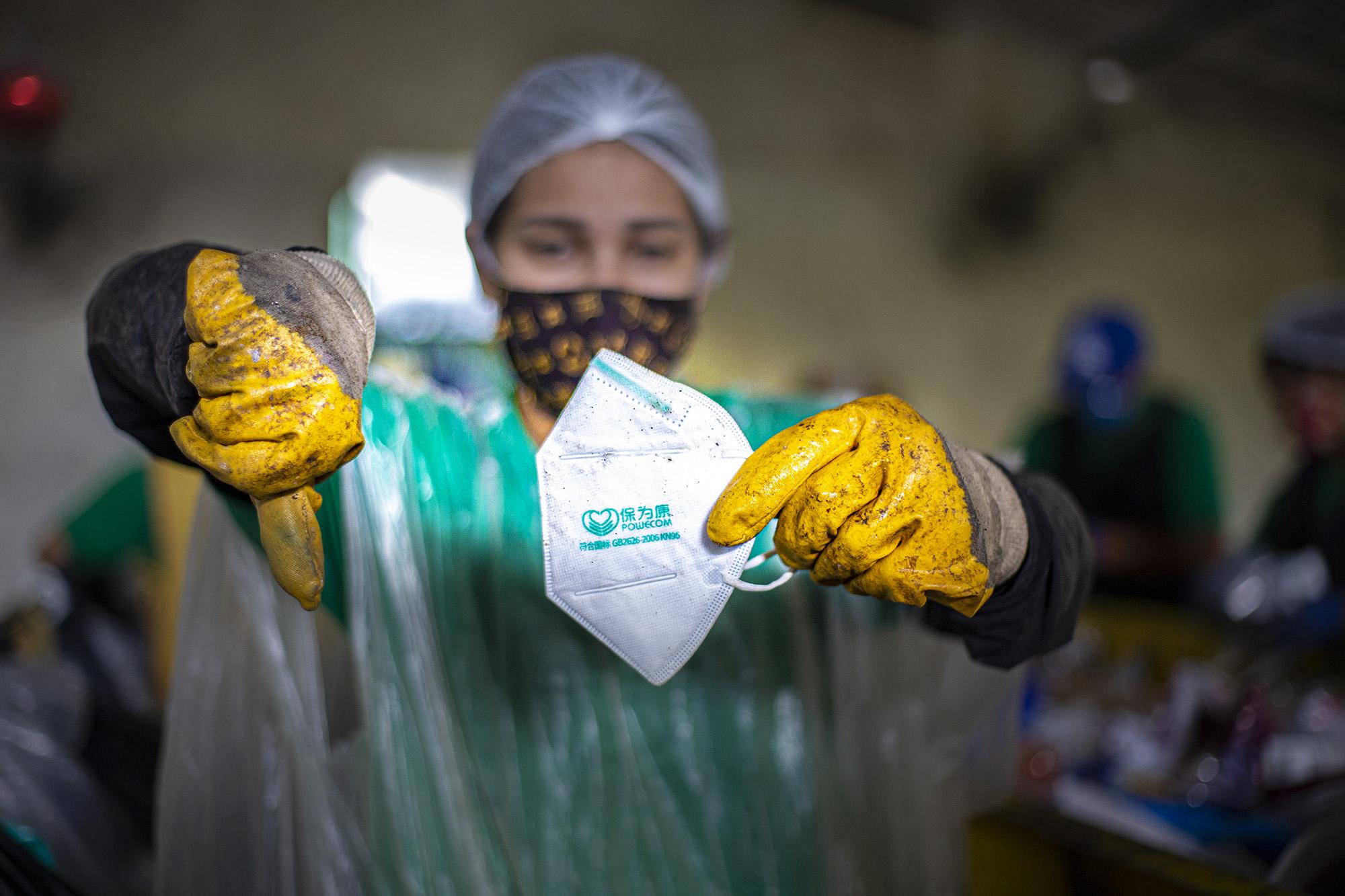 Descarte incorreto de máscaras e luvas descartáveis pode contaminar trabalhadores da cooperativa de reciclagem