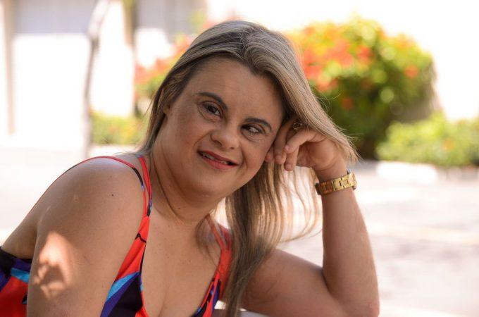 Primeira repórter com Down diz que sonha em entrevistar Roberto Carlos