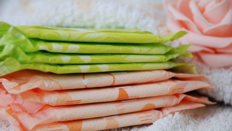 Programa estadual vai fornecer absorventes às estudantes para combater pobreza menstrual
